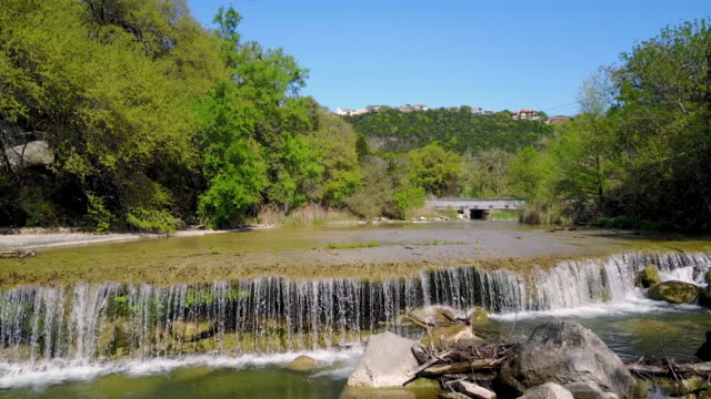 stockvideo's en b-roll-footage met flyover shot of waterfall in austin, texas, united states - austin texas