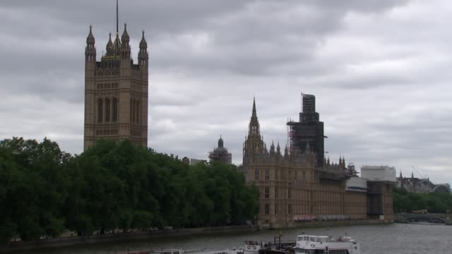 raf flypast over houses of parliament england london westminster prefect t1 planes along over westminster palace / tucano t1 fighter jets along in... - 英国空軍点の映像素材/bロール