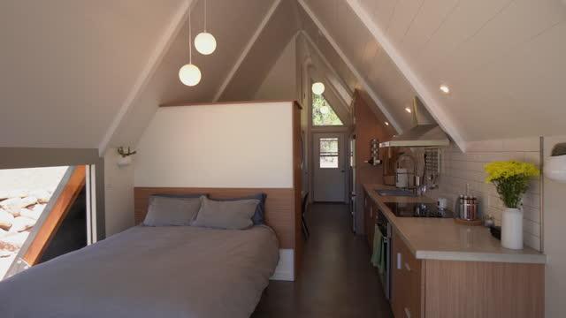 vídeos y material grabado en eventos de stock de fly-through gran angular real estate shot de una hermosa y moderna casa pequeña en el oeste de colorado - alojamiento y desayuno