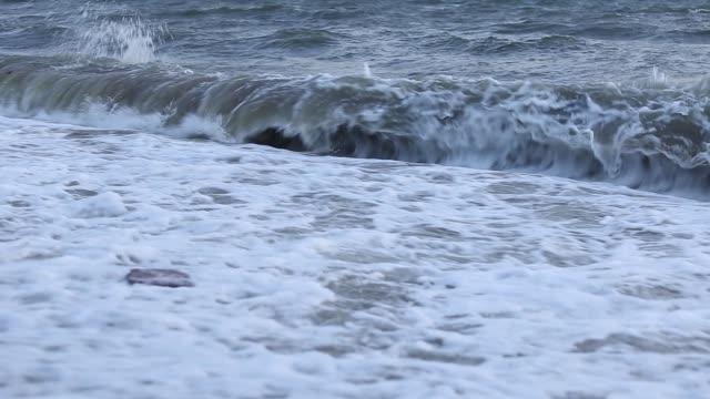 夕方の時間に泡の海の波砂浜。 - 泡立つ波点の映像素材/bロール