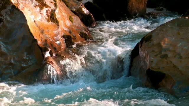 vidéos et rushes de moussant cinemagraph rivière de montagne - torrent