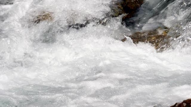 Schuimende berg rivier