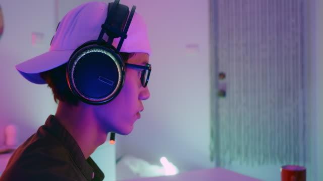 vídeos de stock, filmes e b-roll de foco jogo gamer. - concentração