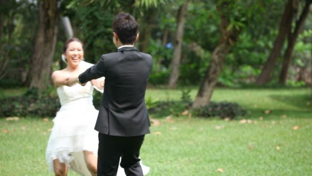 vidéos et rushes de focus: heureuse mariée et le marié danse de mariage - le marié