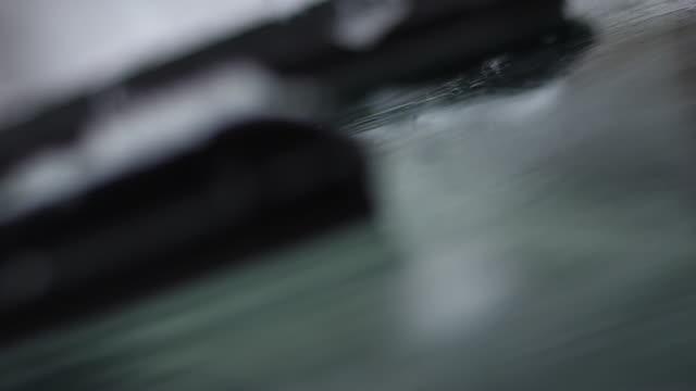 focus sui tergicristalli dell'auto durante le nevicate - parabrezza video stock e b–roll