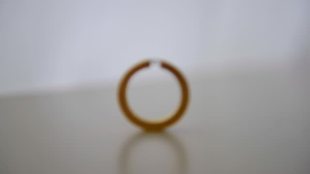 vidéos et rushes de focus on luxury diamond ring, than become invisible in zoom out - invisible
