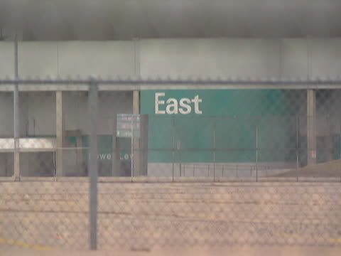 focus onto the 'east' sign at the silverdome in pontiac, michigan. - ポンティアック点の映像素材/bロール