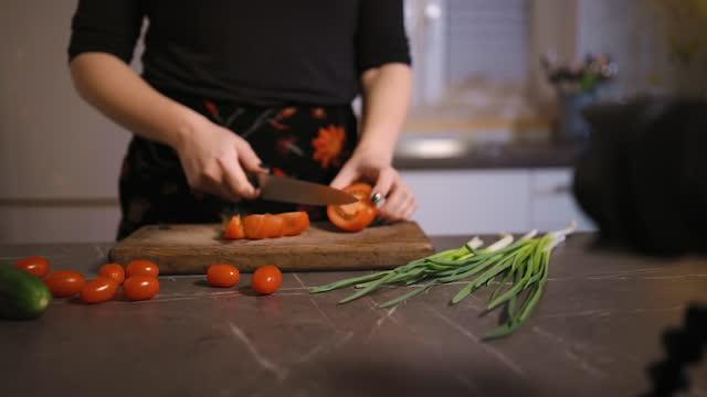 vidéos et rushes de focus shift: young female blogger cutting vegetables on camera - quête de beauté