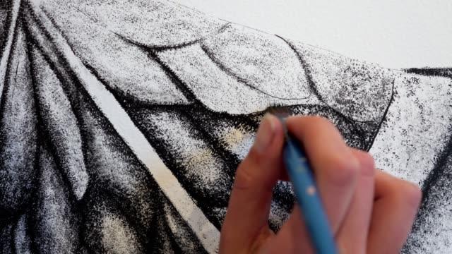 vídeos y material grabado en eventos de stock de artista mural enfocado y concentrado dando toques finales a su obra de arte en blanco y negro - dibujar
