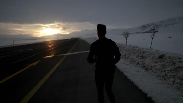 雪の上を実行している焦点を当てた選手 - ウィンターコート点の映像素材/bロール