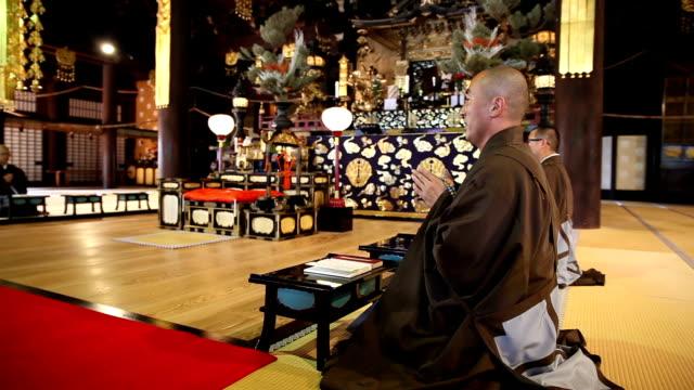 stockvideo's en b-roll-footage met gerichte boeddhistische monnik - apostel