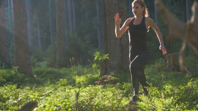 Konzentrierte sich weibliche Läufer trainieren im Wald