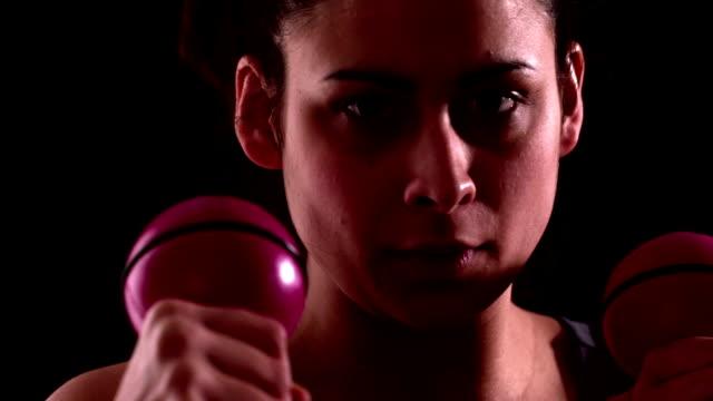 vidéos et rushes de concentré femme fit de poing avec poids et haltères - poids pour la musculation