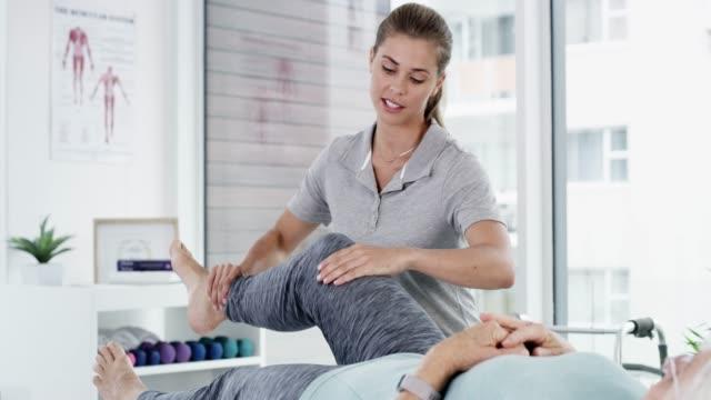 vídeos de stock, filmes e b-roll de focado na prevenção de lesões e aumento da mobilidade - fisioterapeuta