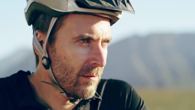 vídeos de stock e filmes b-roll de focused on the trail ahead - capacete de desporto