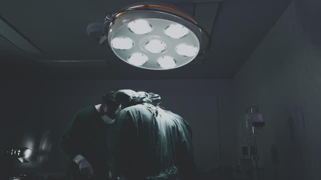 手術室で手術を行う集中外科医 - 腫瘍点の映像素材/bロール