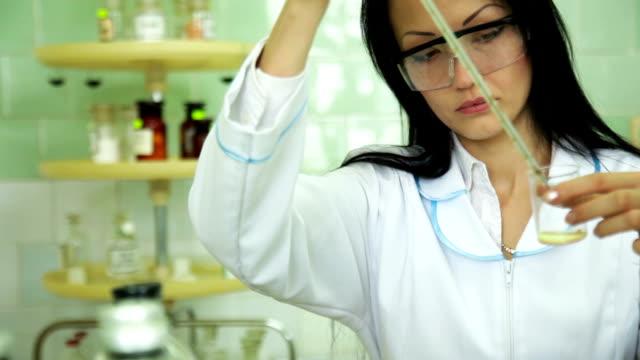 Concentrado mujer científico trabajando en laboratorio