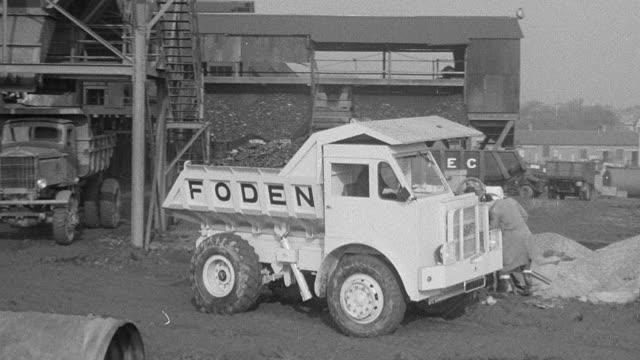 1954 montage foden dump truck being loaded and driving on dirt test course during performance trial / arkwright, england, united kingdom - 1954 bildbanksvideor och videomaterial från bakom kulisserna