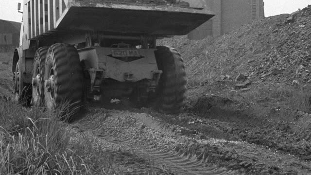 vidéos et rushes de 1954 montage foden dump truck carrying dirt along rutted, muddy road to disposal area, narrator describing gear range of truck / arkwright, england, united kingdom - 1954