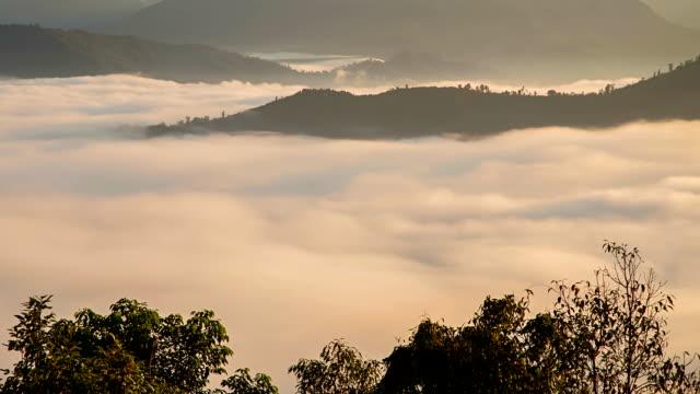 Nube de niebla y montaña paisaje del valle