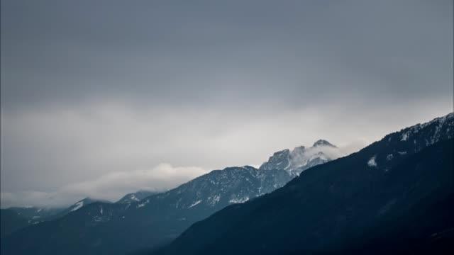 nebel und wolken über den berg, zeitraffer - wind stock-videos und b-roll-filmmaterial