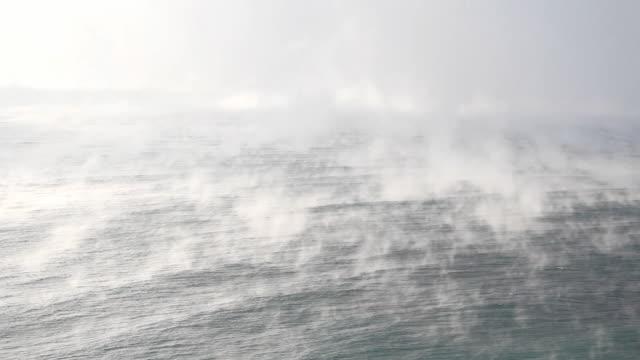 vídeos de stock, filmes e b-roll de nevoeiro e mar - nevoeiro