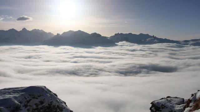 Mist bank liften van vallei bodem, wintersneeuw