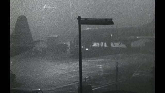 vidéos et rushes de fog causes travel chaos lib b/w archive footage of traffic along through smog lib 3121957 b/w archive footage of planes grounded in smog at airport... - smog