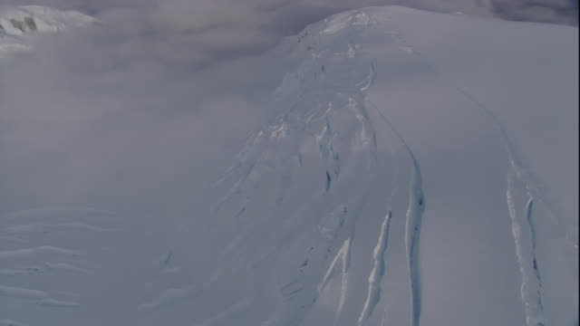 fog drifts over a fissured ice sheet in antarctica. - antarktis stock-videos und b-roll-filmmaterial