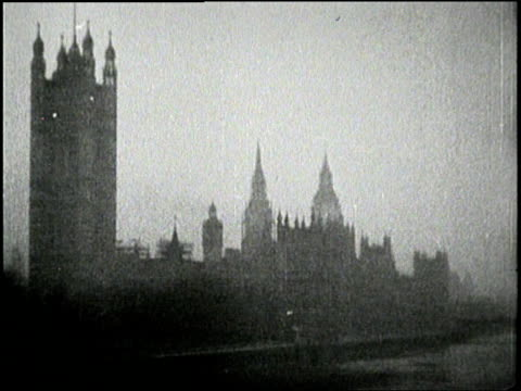 fog enshrouds the houses of parliament london england - 1936 stock-videos und b-roll-filmmaterial