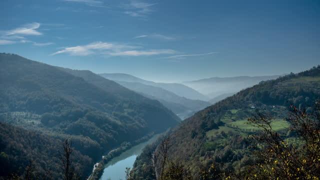 stockvideo's en b-roll-footage met mist in de rivier de valleien. time lapse 4 k video. witte wolken op blauwe hemel als cloudscapeachtergrond. - um animal
