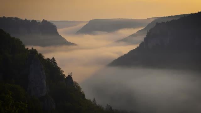 vídeos de stock, filmes e b-roll de nevoeiro no vale do danúbio, timelapse - ponto de observação