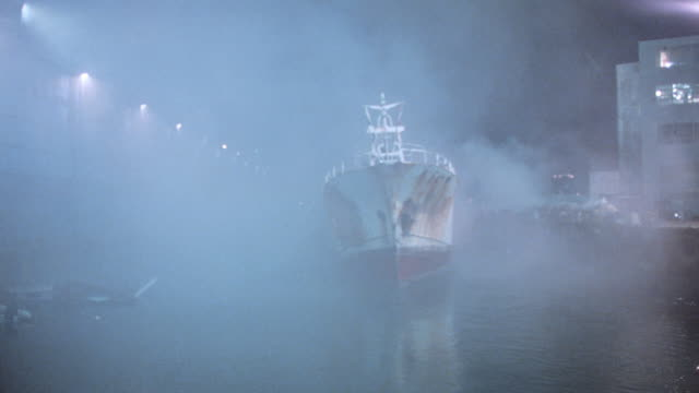 vidéos et rushes de fog obscures an old rusty tanker that moves through brooklyn harbor. - imperfection