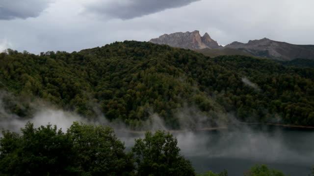nebbia di lago göygöl (goygol - azerbaigian video stock e b–roll