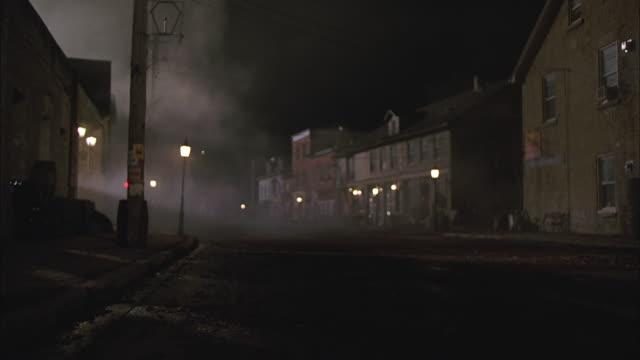 vídeos y material grabado en eventos de stock de ws, fog on street in old town at night, elora, ontario, canada - ciudad muerta