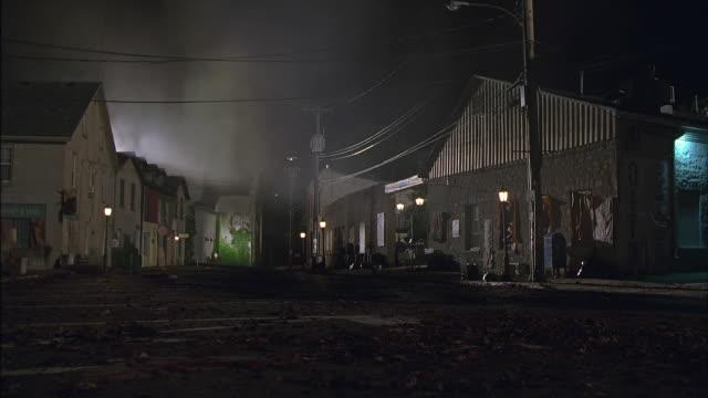vídeos y material grabado en eventos de stock de ws, ds, fog on street in old town at night, elora, ontario, canada - ciudad muerta