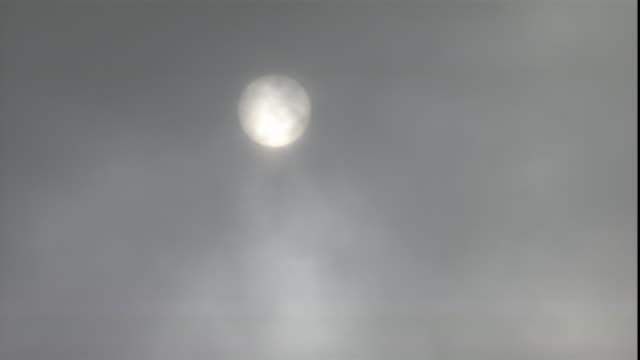 vídeos y material grabado en eventos de stock de fog or mist slowly obscures the sun. - cubrir