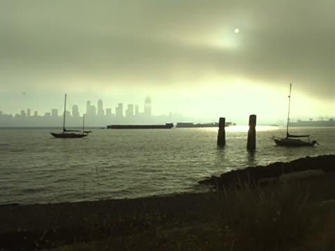 vídeos y material grabado en eventos de stock de fog over seattle skyline - estrecho de puget