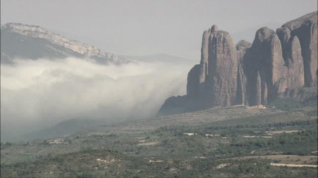 vídeos y material grabado en eventos de stock de niebla echar abajo distante valley-vista aérea de aragón, huesca, loscorrales, españa - comunidad autónoma de aragón