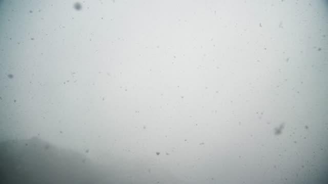 vídeos de stock, filmes e b-roll de nebuloso e nevado hoddevik, noruega - assustador