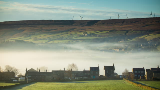 vídeos de stock e filmes b-roll de foggy morning in oxenhope, west yorkshire - time lapse - yorkshire