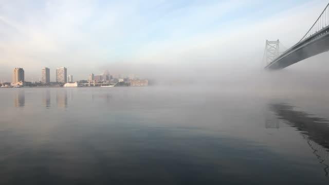 霧の朝フィラデルフィア - ベンフランクリン橋点の映像素材/bロール