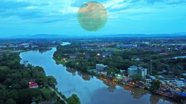 AERIAL dimmigt floden i soluppgång eller solnedgång