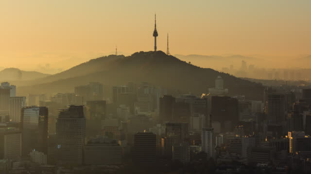 foggy view of n seoul tower(famous tourist destination) and cityscape in jung-gu, seoul - stimmungsvoller himmel stock-videos und b-roll-filmmaterial