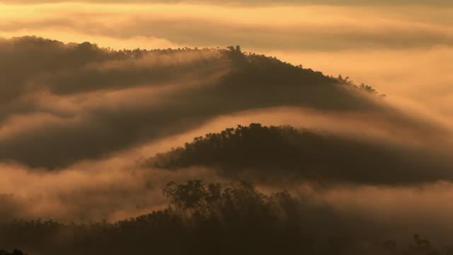 vídeos de stock e filmes b-roll de fogs moving over mountain in taiwan - taiwan