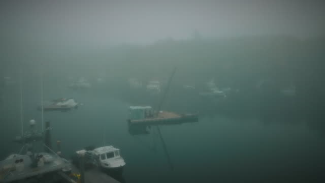 vidéos et rushes de fogy morning in a small fisherman's village in eastern maine - mauvais présage