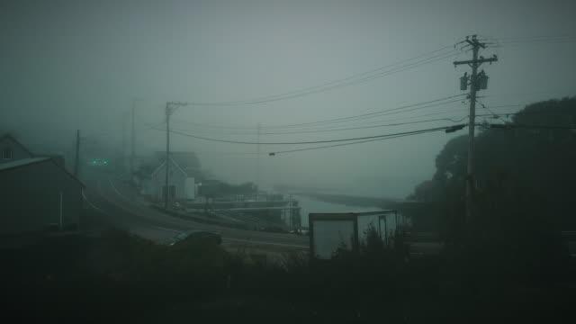 fogy morning in a small fisherman's village in eastern maine - targa con nome della via video stock e b–roll