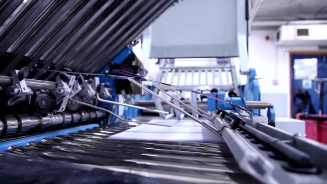ordner lockenwicklern. - druckmaschine stock-videos und b-roll-filmmaterial