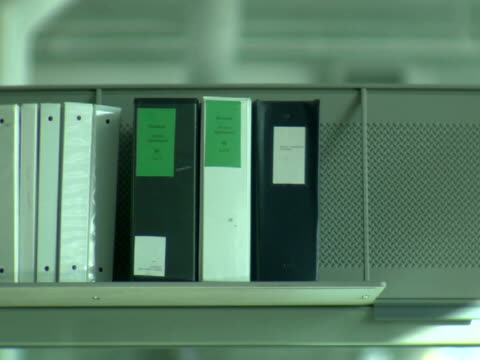 stockvideo's en b-roll-footage met ms, folders on shelf in office - kleine groep dingen