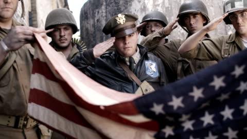 stockvideo's en b-roll-footage met vouwen van de amerikaanse vlag - salueren